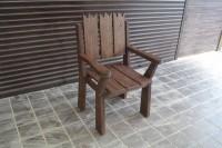 Садовое кресло из дерева в стиле кантри